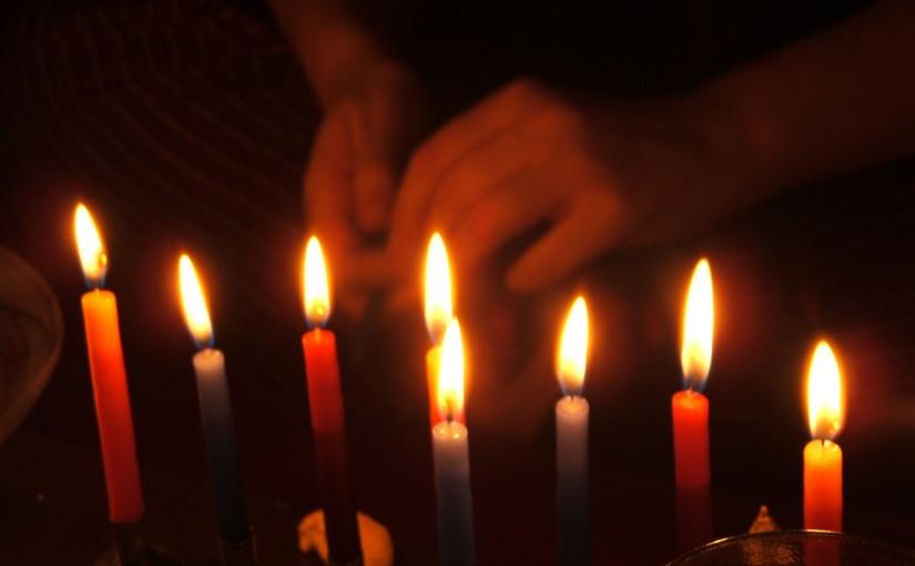 איך מדליקים נרות חנוכה